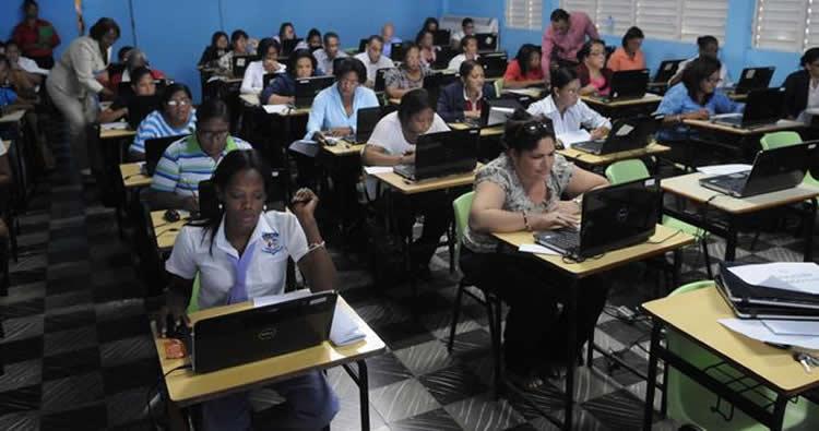 """1000 maestros """"todavía están bloqueados"""" están trabajando sin cobrar"""