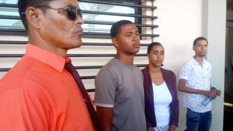 Video: Se entrega cabo que ayer abandonó las filas durante la protesta; dicen la policía lo buscaba como prófugo