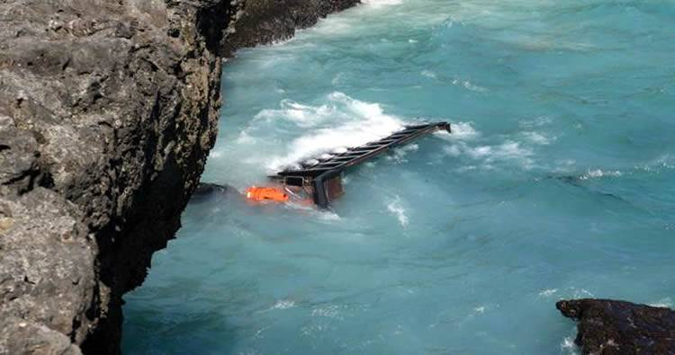 Camión cae al mar en Las Américas [detalles]