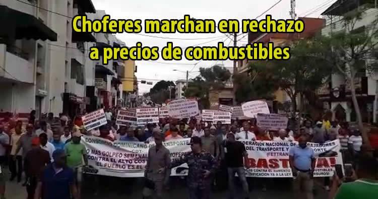 Choferes marchan en Santiago en rechazo a precios de combustibles