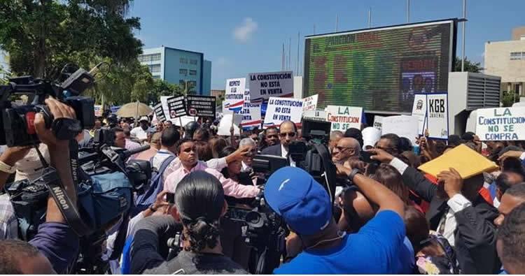 Diputados protestan ante posible reforma a la Constitución