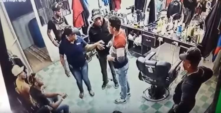 Video: Peluqueros denuncian DNCD 'le pone' droga en la barberia [Villa Vásquez]
