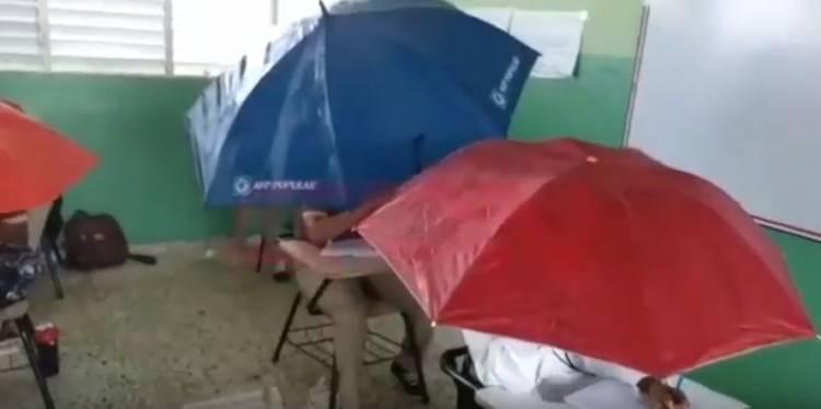 Video: Filtración en techo de escuela provoca que estudiantes se cubren con sombrillas