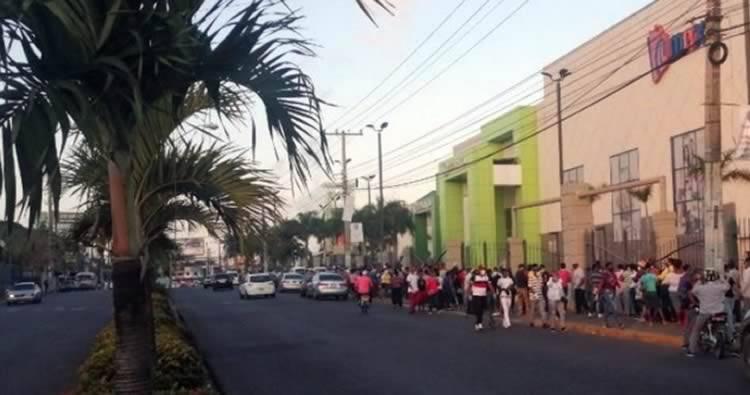 Video: Cientos de personas hacen filas en Megacentro para buscar tarjeta Solidaridad