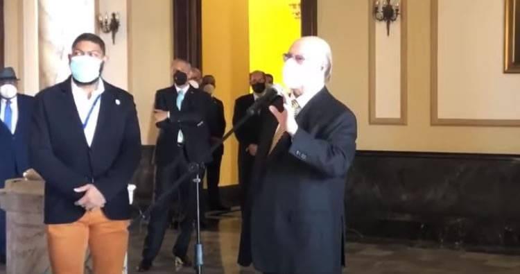 Video: Hipólito visita el Palacio Nacional y le dice a los peledeístas 'e pa' fuera que van'