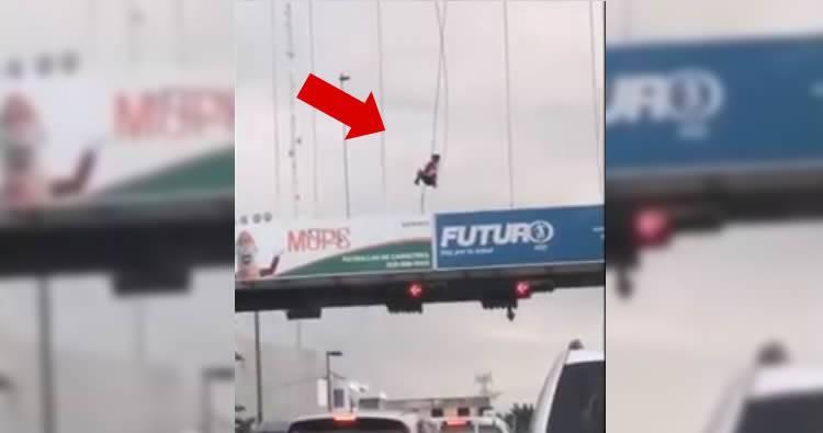 Video: hombre se balancea sobre el puente peatonal de la Gómez con Kennedy