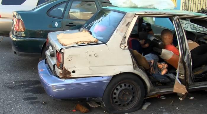 Noticia del hombre vive dentro de un carro con sus tres hijos