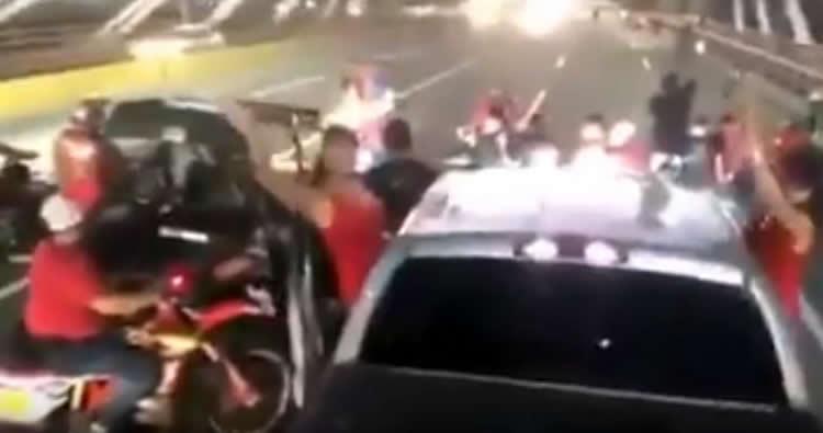 Video Grupo de jóvenes paralizan el transito en puente Juan Bosch