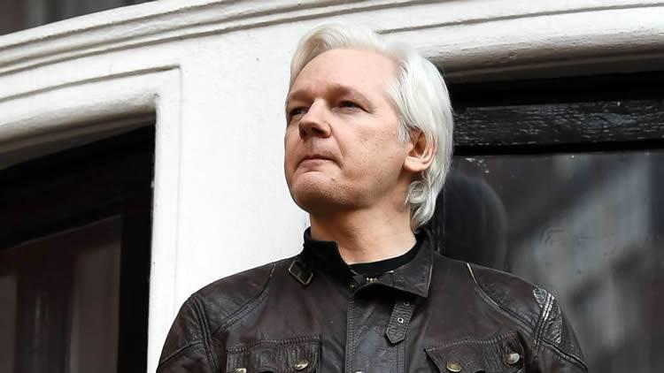 Arrestan a Julian Assange de WikiLeaks en la embajada de Ecuador en Londres