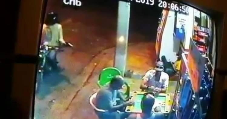 Hombre le cae a tiros a tres personas que jugaban dominó en un colmado en Santiago