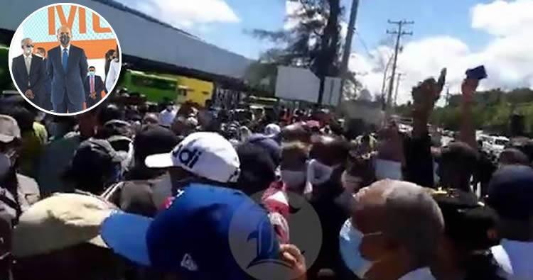 Video: Empujones y trompadas en trifulca entre la policía y manifestantes en terminal de autobuses