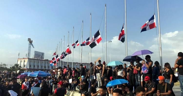 Militares quitaron banderas; manifestantes colocaron las propias a media asta