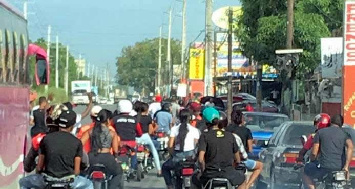 Grupo de motoristas por la carretera Mella atracando a todos a su paso
