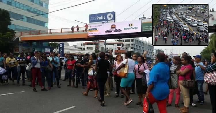 Pasajeros se tiran a la calle en la 27 de Febrero y paralizan el tránsito