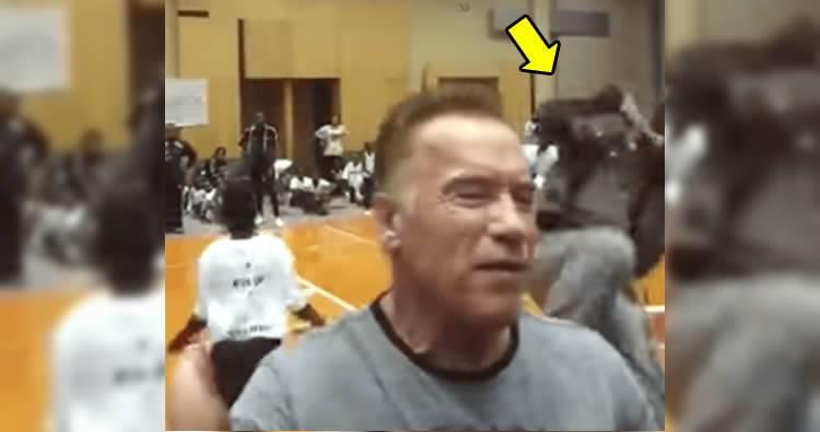 Video: Patada a  Arnold Schwarzenegger