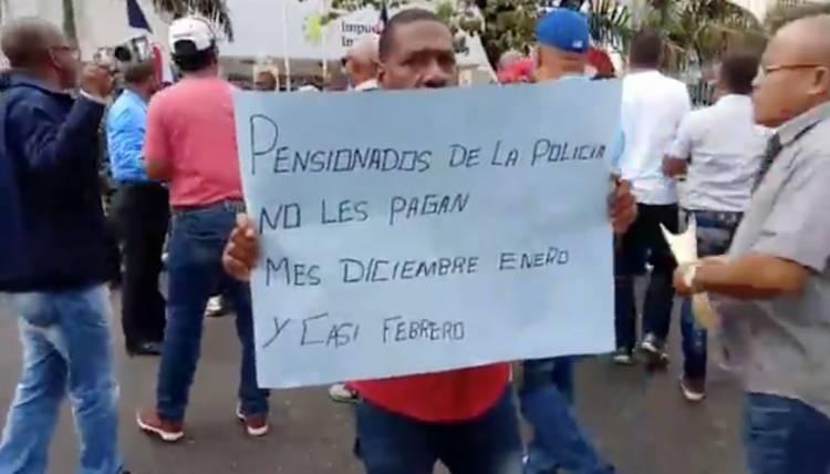 Video: Protesta de los policías pensionados por falta de pagos
