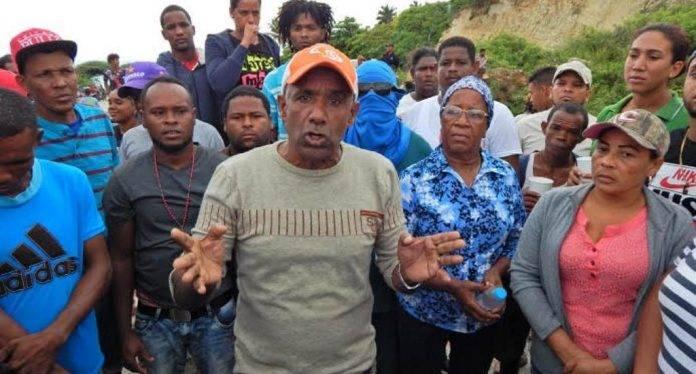 Piden libertad de jóvenes acusados de quemar oficina de Edesur
