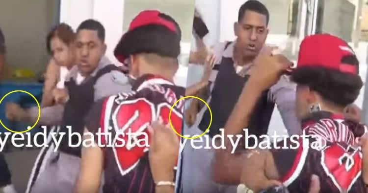 Video: Policía le entra a los puños a un ciudadano en frente de cuartel en Moca
