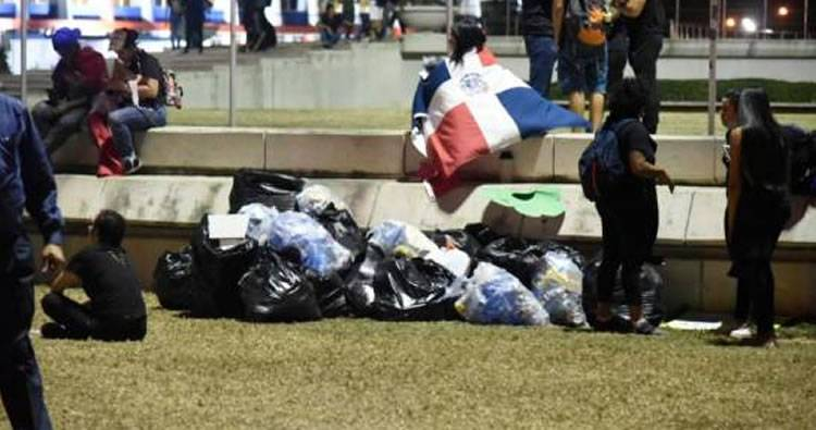Antes de marcharse, manifestantes recogieron la basura en la Plaza de la Bandera