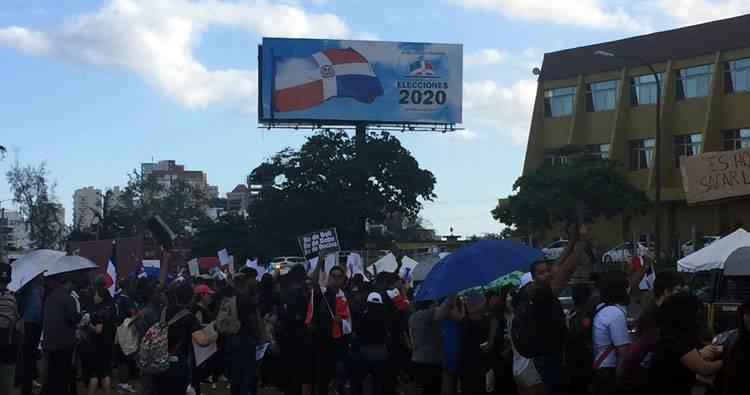 Bajo aguacero siguen las protestas frente a la JCE; piden la renuncia del pleno