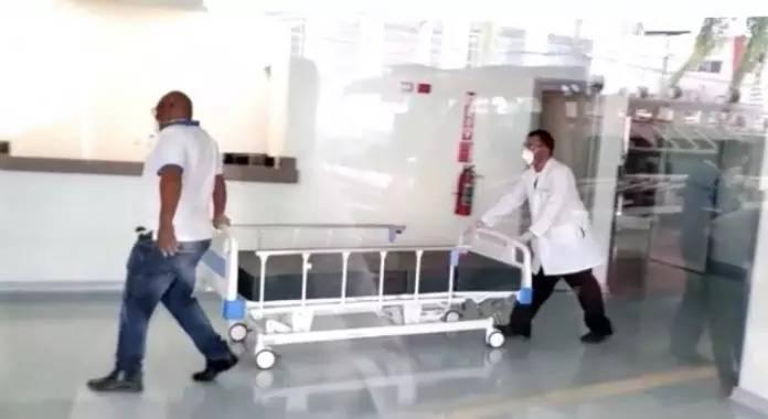 Servicio Nacional de Salud en Santiago retira camas del Hospital General Las Colinas