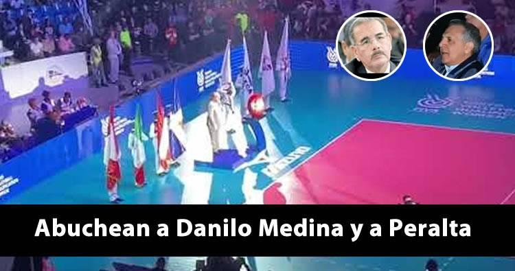 Video: Abuchean a Danilo Medina y José Ramón Peralta en evento de Voleibol