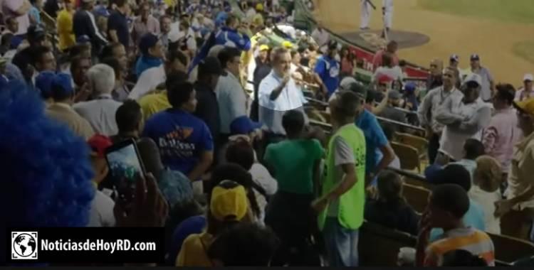 Vídeo: Luis Abinader es aplaudido al llegar al Estadio Quisqueya